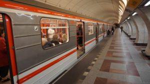 Stanice metra Anděl trasa B - vůz metra ve stanici