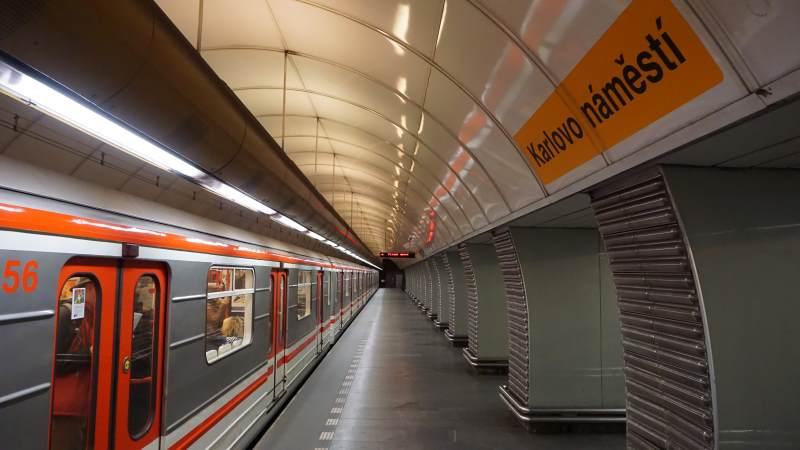 Stanice metra Karlovo náměstí trasa B - vůz metra ve stanici