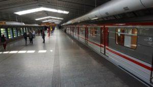 Stanice metra Luka trasa B - vůz vlak v zastávce
