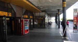 Stanice metra Nové Butovice trasa B - vstup do stanice i autobusová zastávka směrem na Velkou Ohradu