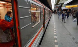 Stanice metra Smíchovské nádraží trasa B - vůz metra ve stanici