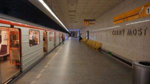 Metro Černý most stanice - vůz ve stanici metra Praha