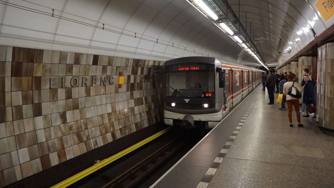 Metro Florenc stanice - vůz ve stanici v metro Praha