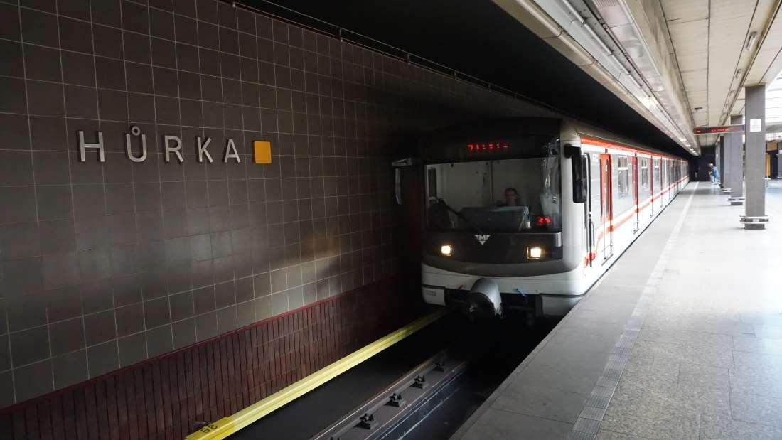 Metro Hůrka stanice - vůz ve stanici metra Praha