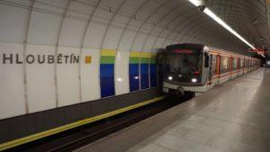 Metro Hloubětín stanice - vůz metro Praha