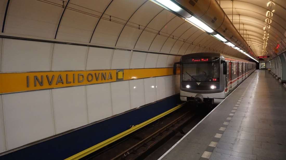 Metro Invalidova stanice - vůz ve stanici metra Praha
