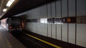 Metro Lužiny stanice - vůz ve stanici metra Praha
