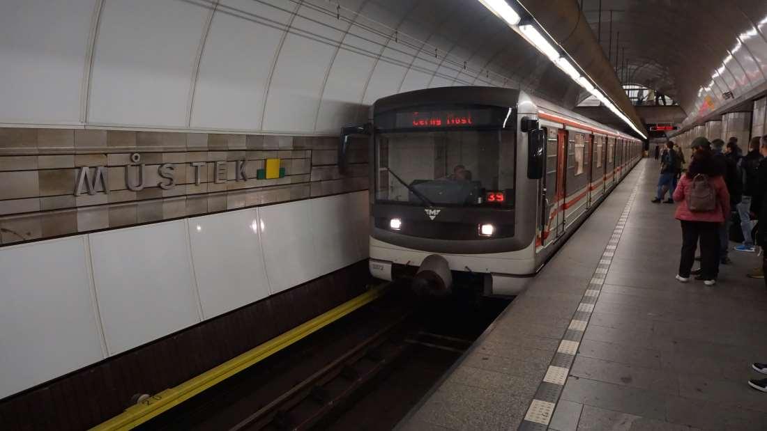 Metro Můstek stanice - vůz v metru metra Praha