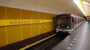 Metro Národní třída stanice - vůz ve stanici metra Praha