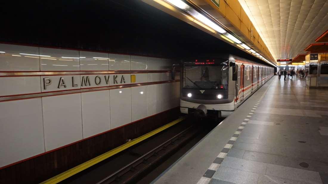 Metro Palmovka stanice - vůz ve stanici metra Praha