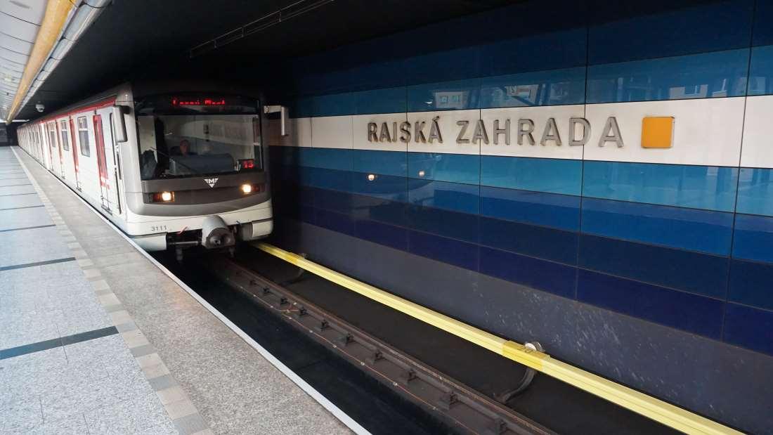 Metro Rajská zahrada stanice - vůz ve stanici metra Praha