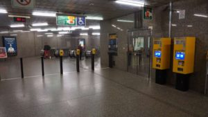 Metro Vysočanská stanice - turnikety do metra Praha