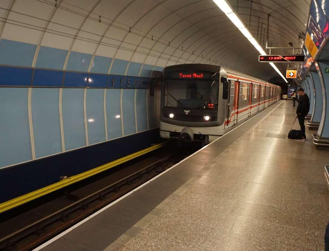 Metro Vysočanská stanice - vůz ve stanici metro Praha