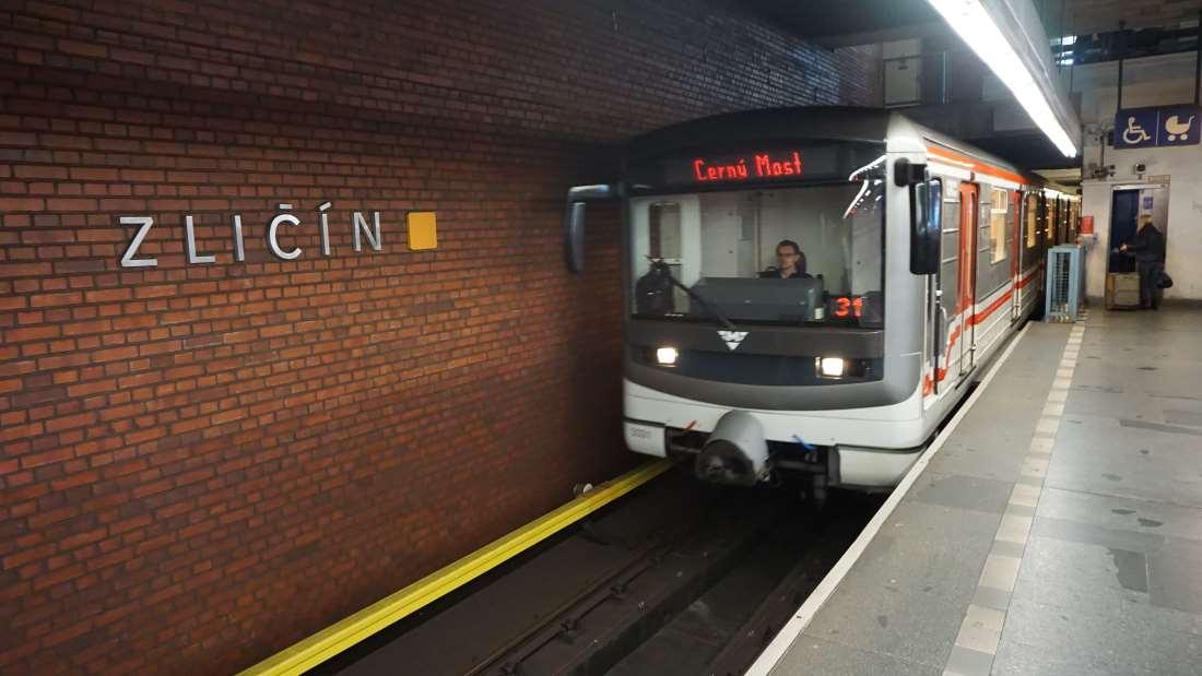 Metro Zličín stanice - vůz ve stanici metra Praha