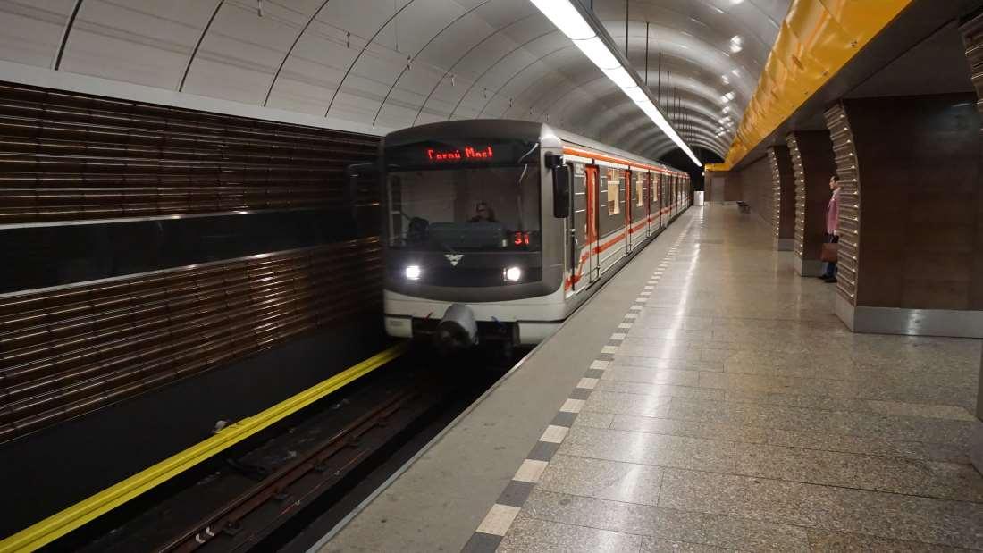 Stanice metra Jinonice - metro ve stanici